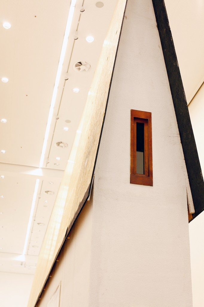 """""""Narrow House"""" von Erwin Wurm, Berlinische Galerie, im Aufbau (c) Foto: Sandra Ratkovic"""